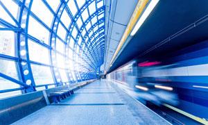 正疾驰通过车站的高速列车高清图片