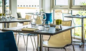 餐厅里整齐摆放的桌椅摄影高清图片
