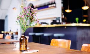 餐厅桌面上的鲜花装饰摄影高清图片