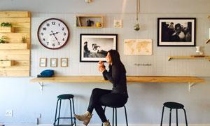 在品尝咖啡的美女侧面摄影高清图片