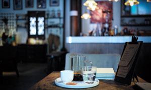 餐桌上的咖啡水杯特写摄影高清图片