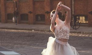 大街上跳起舞蹈的美女摄影高清图片