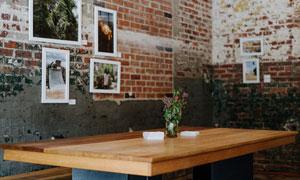 角落里桌上的鲜花特写摄影高清图片
