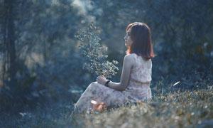 手里拿树枝的短发美女摄影高清图片