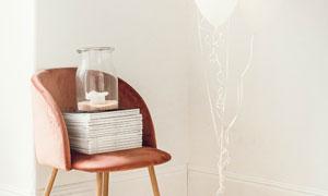 椅子玻璃瓶与气球装饰摄影高清图片