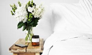 摆放在卧室床头的鲜花摄影高清图片