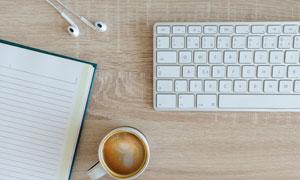 桌上记事本键盘与咖啡摄影高清图片
