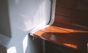 靠墙放的长椅近景特写摄影高清图片
