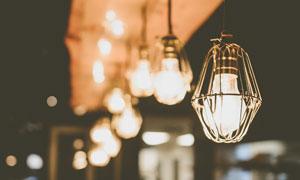 夜晚店铺里悬挂的灯泡摄影高清图片