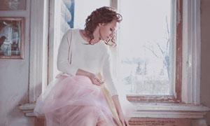 坐在窗台上的欧美美女摄影高清图片
