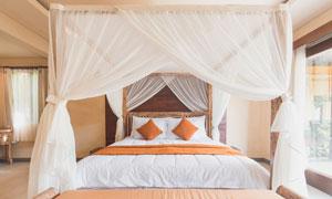 卧室挂了幔帐的双人床摄影高清图片