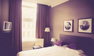 浪漫紫色调的卧室内景摄影高清图片