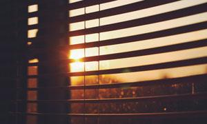 透过百叶窗看到的阳光摄影高清图片
