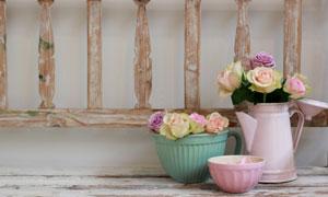 在栏杆旁的玫瑰花特写摄影高清图片
