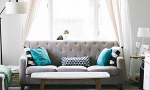 茶几与靠着窗户摆放的沙发高清图片