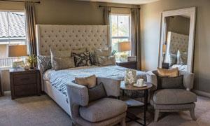 卧室双人床与桌椅圆几摄影高清图片