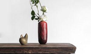 桌上的干枝鲜花装饰品摄影高清图片