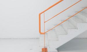 白色台阶与橙色的扶手摄影高清图片