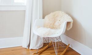 摆放在房间角落的椅子摄影高清图片