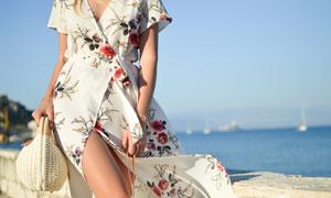 走在大海边的长裙美女摄影高清图片