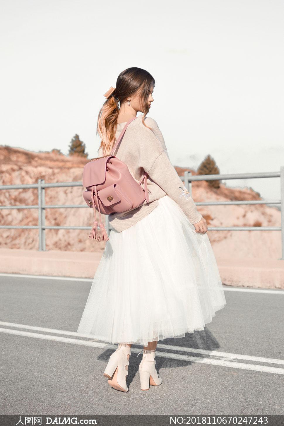 站在公路上的纱裙美女摄影高清图片