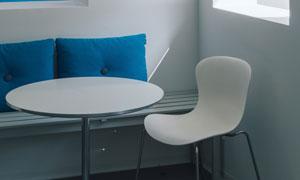 圆桌椅子与蓝色的抱枕摄影高清图片