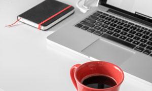 记事本咖啡杯与笔记本电脑高清图片