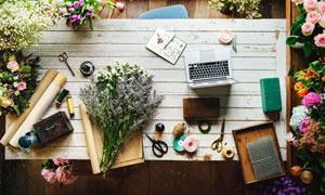 桌面上的鲜花包装用品摄影高清图片
