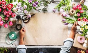 桌上鲜花与包花的纸张摄影高清图片