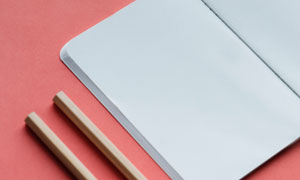 两支铅笔与空白记事本摄影高清图片