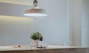 吊灯下的绿色植物特写摄影高清图片