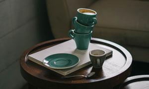 圆几上的咖啡杯与托盘摄影高清图片