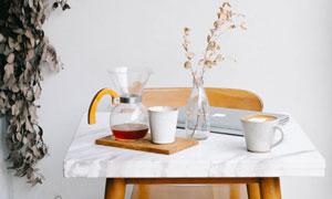 桌上的茶水与咖啡杯等摄影高清图片