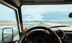 车内驾驶位看到的风光摄影高清图片
