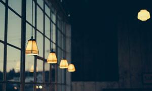 玻璃窗附近悬挂的吊灯摄影高清图片
