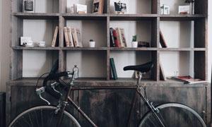 自行车与木质书架上的书籍高清图片