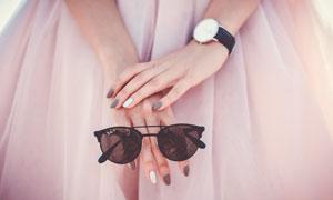 手拿着墨镜的美女特写摄影高清图片