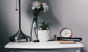 床头柜上的台灯植物闹钟等高清图片