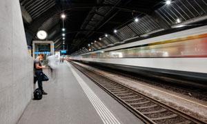 车站里来往的列车风光摄影高清图片