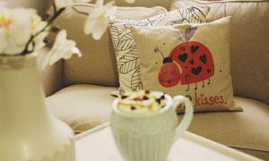 咖啡与在沙发上的枕头摄影高清图片