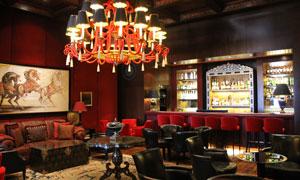 温馨灯光下的餐厅酒吧内景高清图片