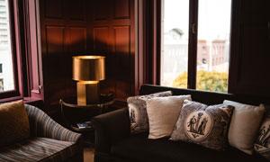 房间枕头与微弱的灯光摄影高清图片