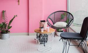 椅子与粉色墙壁上的置物架高清图片