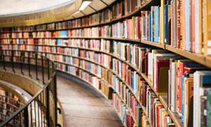 多层图书馆内书架特写摄影高清图片