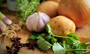 大蒜土豆与芹菜叶蔬菜摄影高清图片