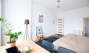卧室双人床与桌椅摆放摄影高清图片