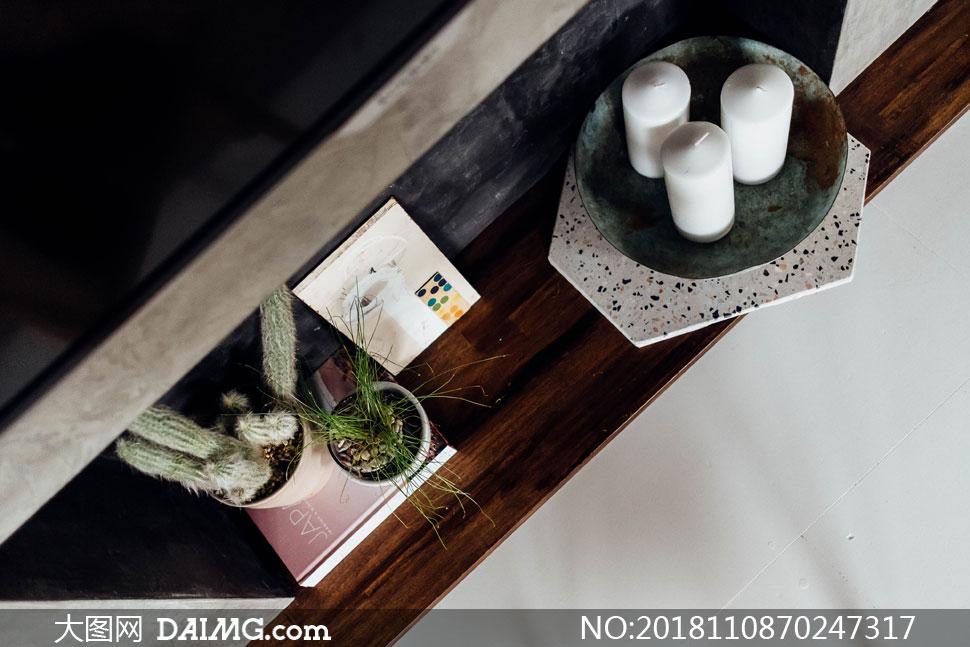 顶视视角蜡烛与仙人掌摄影高清图片
