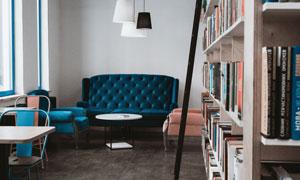房间书架桌椅与沙发等摄影高清图片