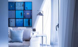 沙发抱枕与被风吹起的窗帘高清图片