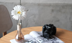 桌上的杂志与照相机等摄影高清图片